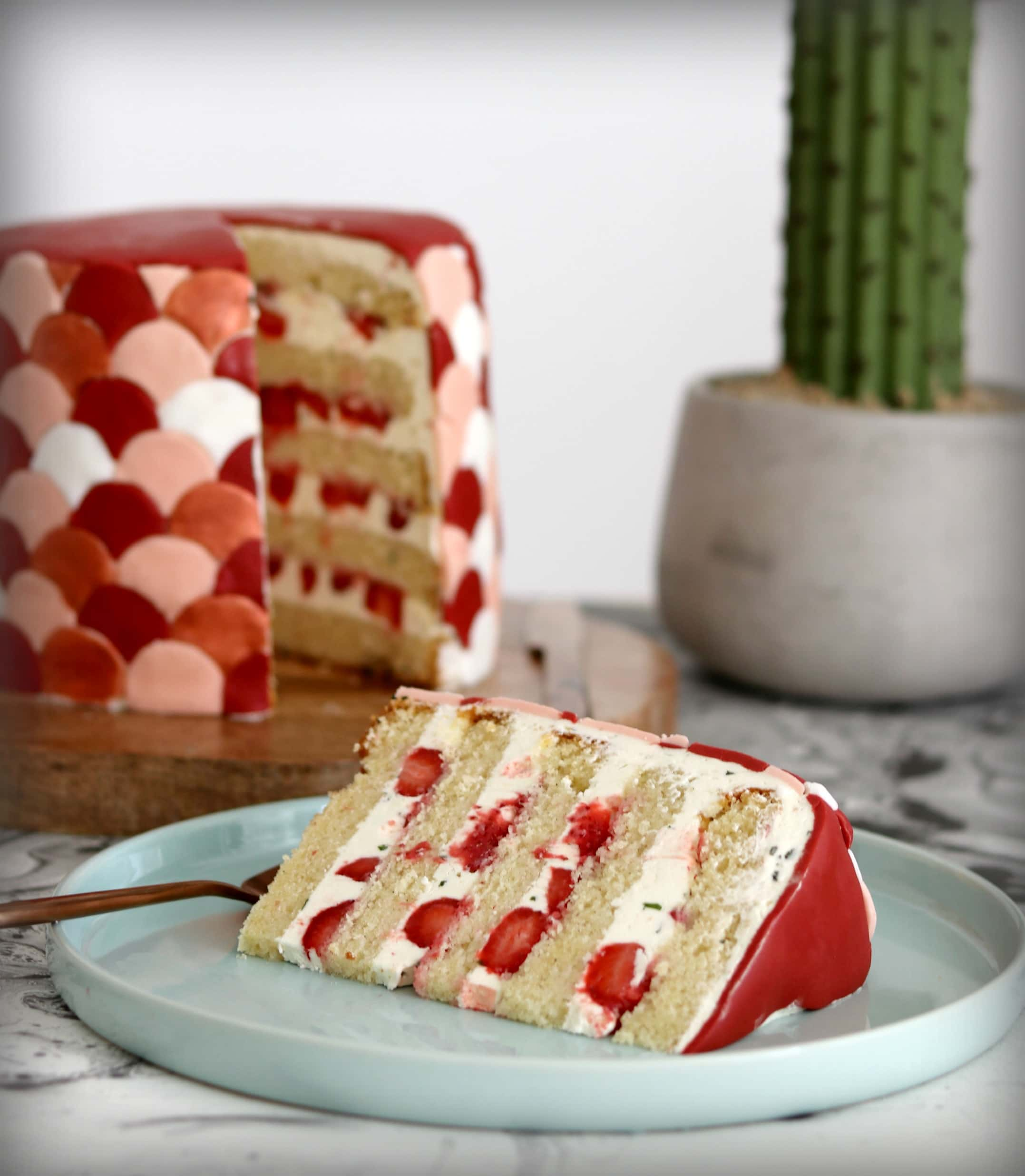 Strawberry and basil layer cake free cake decorating for Decoration layer cake